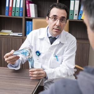 Une chirurgie orthopédique à visage humain