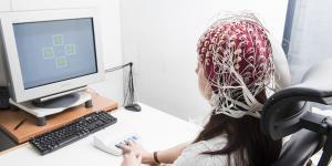 Notre cerveau se réorganise et s'adapte constamment aux besoins… sans qu'on s'en rende compte. C'est ce qu'on appelle la plasticité. Ce phénomène est d'autant plus important après un accident vasculaire cérébral (AVC), car le cerveau cherche à recréer des réseaux de neurones pour compenser les fonctions perdues. D'où l'idée de mieux comprendre les processus de réorganisation dans les premières semaines qui suivent l'AVC pour les modifier de manière favorable. Le Pr Adrian Guggisberg, médecin adjoint agrégé